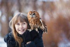 Χαριτωμένο κορίτσι με λίγη κουκουβάγια Στοκ εικόνα με δικαίωμα ελεύθερης χρήσης