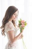 Χαριτωμένο κορίτσι με μια ανθοδέσμη των λουλουδιών Στοκ εικόνα με δικαίωμα ελεύθερης χρήσης