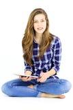 Χαριτωμένο κορίτσι με τα στηρίγματα που χαμογελούν με την ταμπλέτα και μακρυμάλλη Στοκ Φωτογραφία