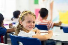 Χαριτωμένο κορίτσι με τους συμμαθητές στην τάξη στοκ φωτογραφία με δικαίωμα ελεύθερης χρήσης