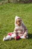 Χαριτωμένο κορίτσι με το λαγουδάκι που κοιτάζει μακριά στοκ φωτογραφία
