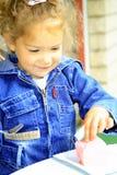 Χαριτωμένο κορίτσι με το μπισκότο Στοκ εικόνες με δικαίωμα ελεύθερης χρήσης