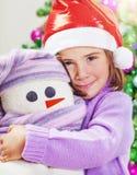 Χαριτωμένο κορίτσι με το παιχνίδι χιονανθρώπων Στοκ Φωτογραφία