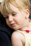 Χαριτωμένο κορίτσι με το περιδέραιο Στοκ Εικόνα