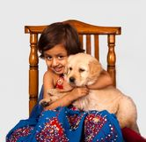 Χαριτωμένο κορίτσι με το χρυσό Retriever κουτάβι Στοκ φωτογραφίες με δικαίωμα ελεύθερης χρήσης