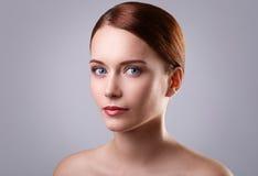 Χαριτωμένο κορίτσι με το όμορφο πρόσωπο Στοκ φωτογραφία με δικαίωμα ελεύθερης χρήσης