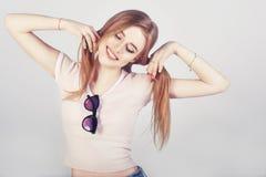 Χαριτωμένο κορίτσι με το ponytail δύο hairstyles Πορτρέτο Headshot του ευτυχούς κοριτσιού πιπεροριζών με το χαμόγελο φακίδων που  Στοκ φωτογραφία με δικαίωμα ελεύθερης χρήσης