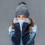 Χαριτωμένο κορίτσι με snowflakes να περάσει καλά Στοκ φωτογραφίες με δικαίωμα ελεύθερης χρήσης