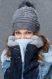 Χαριτωμένο κορίτσι με snowflakes να περάσει καλά Στοκ Εικόνες