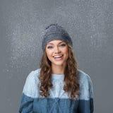 Χαριτωμένο κορίτσι με snowflakes να περάσει καλά Στοκ Φωτογραφίες
