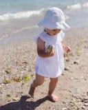 Χαριτωμένο κορίτσι μικρών παιδιών μωρών στην παραλία Θερινό ηλιοβασίλεμα στην παραλία Στοκ Εικόνες