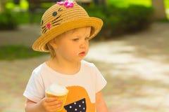 Χαριτωμένο κορίτσι μικρών παιδιών που τρώει το παγωτό στοκ φωτογραφίες