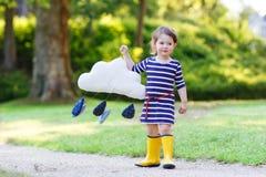 Χαριτωμένο κορίτσι μικρών παιδιών στις κίτρινες λαστιχένιες μπότες Στοκ εικόνα με δικαίωμα ελεύθερης χρήσης