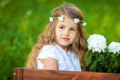 χαριτωμένο κορίτσι λουλ& Στοκ φωτογραφίες με δικαίωμα ελεύθερης χρήσης