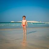 χαριτωμένο κορίτσι παραλ&iot στοκ φωτογραφίες με δικαίωμα ελεύθερης χρήσης