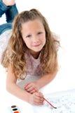 χαριτωμένο κορίτσι πατωμάτων που βάζει τη ζωγραφική Στοκ εικόνα με δικαίωμα ελεύθερης χρήσης