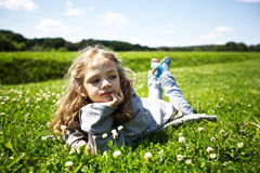 χαριτωμένο κορίτσι πεδίων &p Στοκ Φωτογραφίες