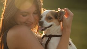 Χαριτωμένο κορίτσι που αγκαλιάζει ένα σκυλί περίπατος πάρκων φιλμ μικρού μήκους