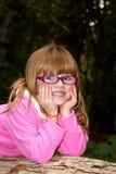 Χαριτωμένο κορίτσι που βάζει στο πεσμένο κούτσουρο Στοκ φωτογραφία με δικαίωμα ελεύθερης χρήσης