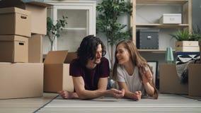 Χαριτωμένο κορίτσι που δίνει τα κλειδιά στο φίλο και που φιλά μετά από να κινηθεί προς το καινούργιο σπίτι απόθεμα βίντεο