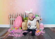 Χαριτωμένο κορίτσι που είναι ανόητο στο eatser Στοκ Φωτογραφίες