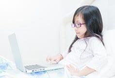 Χαριτωμένο κορίτσι που εργάζεται στην έννοια φορητών προσωπικών υπολογιστών για την εκπαίδευση Στοκ εικόνα με δικαίωμα ελεύθερης χρήσης