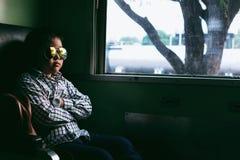 Χαριτωμένο κορίτσι που κοιτάζει μέσω του παραθύρου Ταξιδεύει σε ένα τραίνο Στοκ φωτογραφία με δικαίωμα ελεύθερης χρήσης