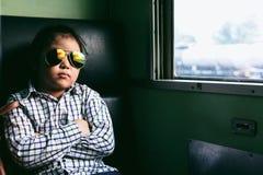 Χαριτωμένο κορίτσι που κοιτάζει μέσω του παραθύρου Ταξιδεύει σε ένα τραίνο Στοκ Φωτογραφίες