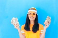 Χαριτωμένο κορίτσι που κρατά την αποταμίευση χρημάτων της στα τραπεζογραμμάτια δολαρίων στοκ φωτογραφία με δικαίωμα ελεύθερης χρήσης