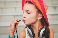 Χαριτωμένο κορίτσι που κρατά το βούλωμα Στοκ Φωτογραφία