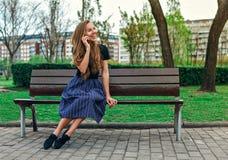 Χαριτωμένο κορίτσι που μιλά στο τηλέφωνο και το γέλιο Στοκ Εικόνα