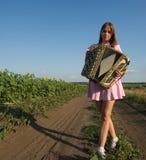 Χαριτωμένο κορίτσι που παίζει το ακκορντέον Στοκ Εικόνες