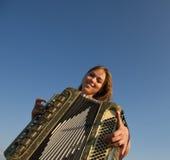 Χαριτωμένο κορίτσι που παίζει το ακκορντέον Στοκ φωτογραφία με δικαίωμα ελεύθερης χρήσης