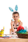 Χαριτωμένο κορίτσι που παρουσιάζει αυγά Πάσχας Στοκ φωτογραφία με δικαίωμα ελεύθερης χρήσης