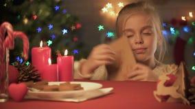 Χαριτωμένο κορίτσι που προετοιμάζει το φάκελο με την επιστολή για Santa, παιδαριώδης πεποίθηση στο θαύμα φιλμ μικρού μήκους