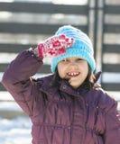 Χαριτωμένο κορίτσι που στέκεται ακόμα και που χαιρετίζει Στοκ Φωτογραφία