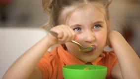 Χαριτωμένο κορίτσι που τρώει την κινηματογράφηση σε πρώτο πλάνο δημητριακών, ορεκτικό πρόγευμα, γεύμα νιφάδων καλαμποκιού πρωινού απόθεμα βίντεο
