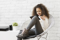 Χαριτωμένο κορίτσι που χρησιμοποιεί μια ταμπλέτα στοκ εικόνες