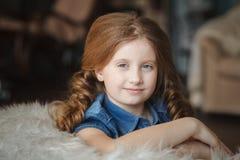 χαριτωμένο κορίτσι πλεξο& Στοκ φωτογραφίες με δικαίωμα ελεύθερης χρήσης