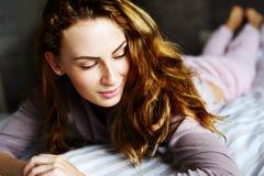 Χαριτωμένο κορίτσι σε ένα κρεβάτι Στοκ φωτογραφία με δικαίωμα ελεύθερης χρήσης