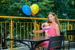 Χαριτωμένο κορίτσι στα ρόδινα χαμόγελα φορεμάτων στοκ εικόνες
