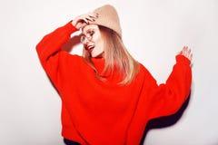 Χαριτωμένο κορίτσι στα glusses με να διαπερνήσει στη μύτη Χειμώνας ή φθινόπωρο που θερμαίνει την έννοια χορός Μόδα Στοκ Εικόνες