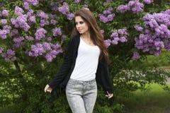 Χαριτωμένο κορίτσι στον εξωτερικό βλαστό μόδας Στοκ φωτογραφία με δικαίωμα ελεύθερης χρήσης