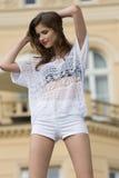 Χαριτωμένο κορίτσι στον υπαίθριο βλαστό μόδας στοκ εικόνες