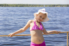Χαριτωμένο κορίτσι στο άσπρο καπέλο Στοκ Εικόνες