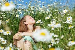 Χαριτωμένο κορίτσι στο chamomile τομέα Στοκ εικόνα με δικαίωμα ελεύθερης χρήσης