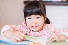 χαριτωμένο κορίτσι σχεδί&omega Στοκ εικόνες με δικαίωμα ελεύθερης χρήσης
