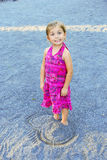 Χαριτωμένο κορίτσι τα πόδια που θάβονται με στην άμμο Στοκ φωτογραφίες με δικαίωμα ελεύθερης χρήσης