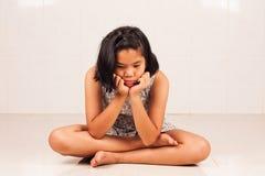 Χαριτωμένο κορίτσι λυπημένο και σκυθρωπό Στοκ Εικόνες