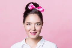 Χαριτωμένο κορίτσι brunette με τα ακριβή φιλικά χαμόγελα τόξων hairstyle Στοκ Εικόνες